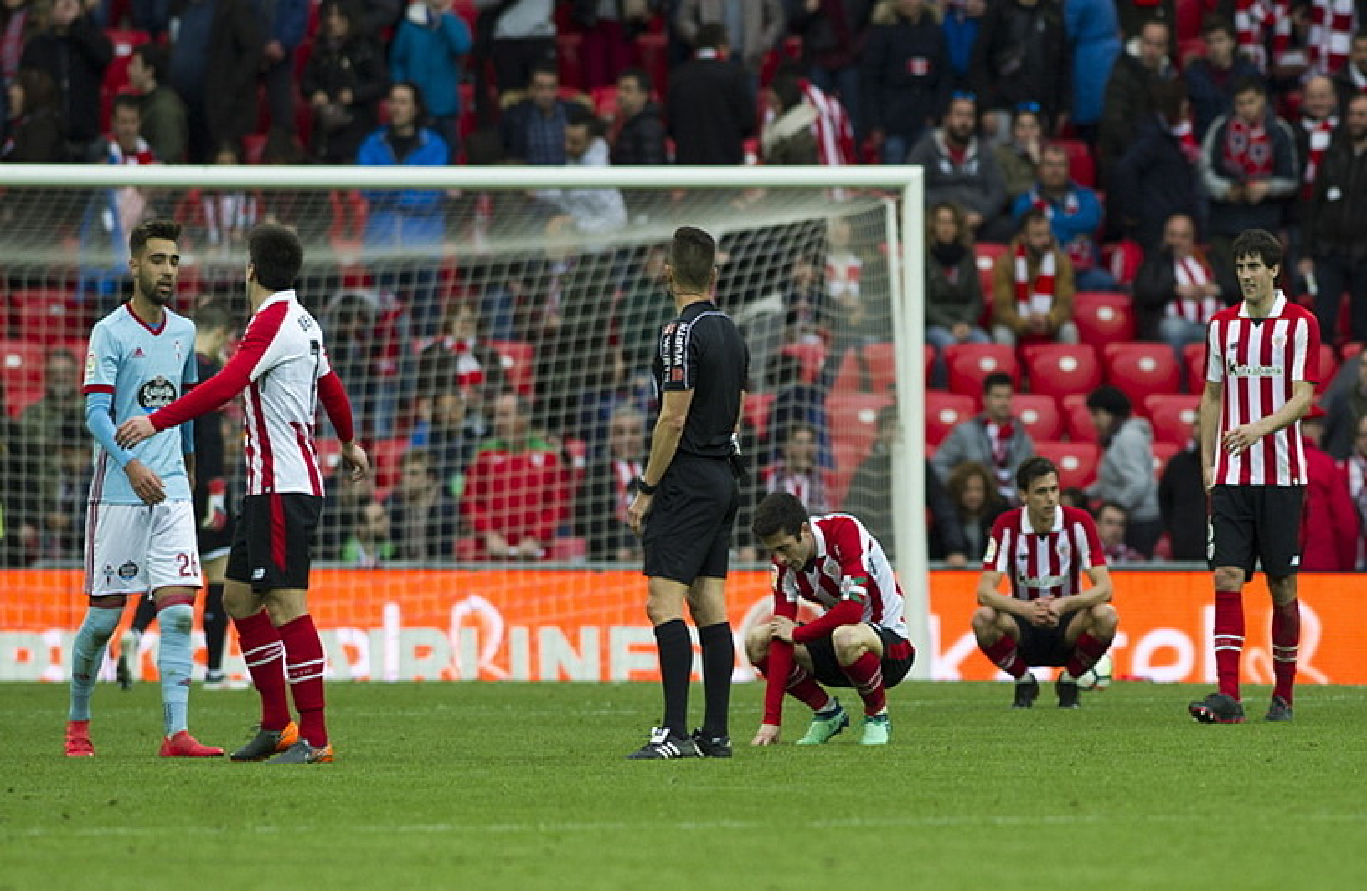 Athleticeko jokalariak, buru makur Celtaren aurka San Mamesen berdindu ostean. ©JUANAN RUIZ / FOKU