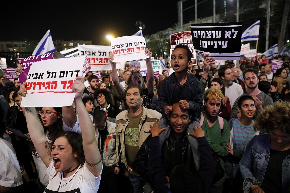 25.000 bat pertsona bildu ziren martxoaren 24an Tel Aviven, Israelgo Gobernuak ezarri nahi zuen planaren kontrako manifestazioan.