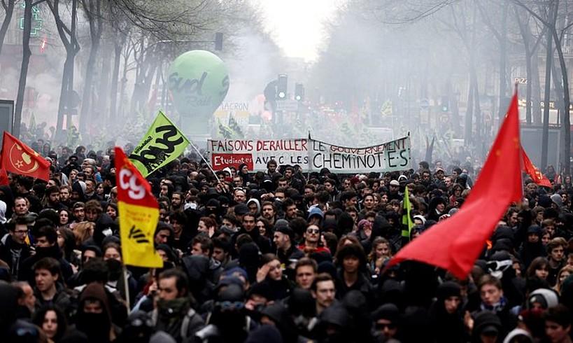 SNCFko langileen lehen greba egunean eginiko manifestazioa, atzo, Parisen.