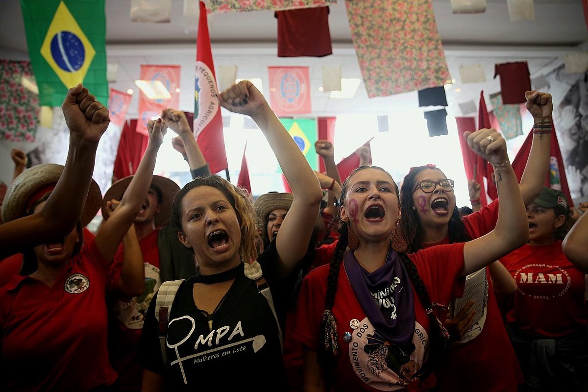 Lularen jarraitzaileak, Auzitegi Gorenaren bilerari adi-adi, Sao Paulon, atzo. ©FERNANDO BIZERRA JR. / EFE
