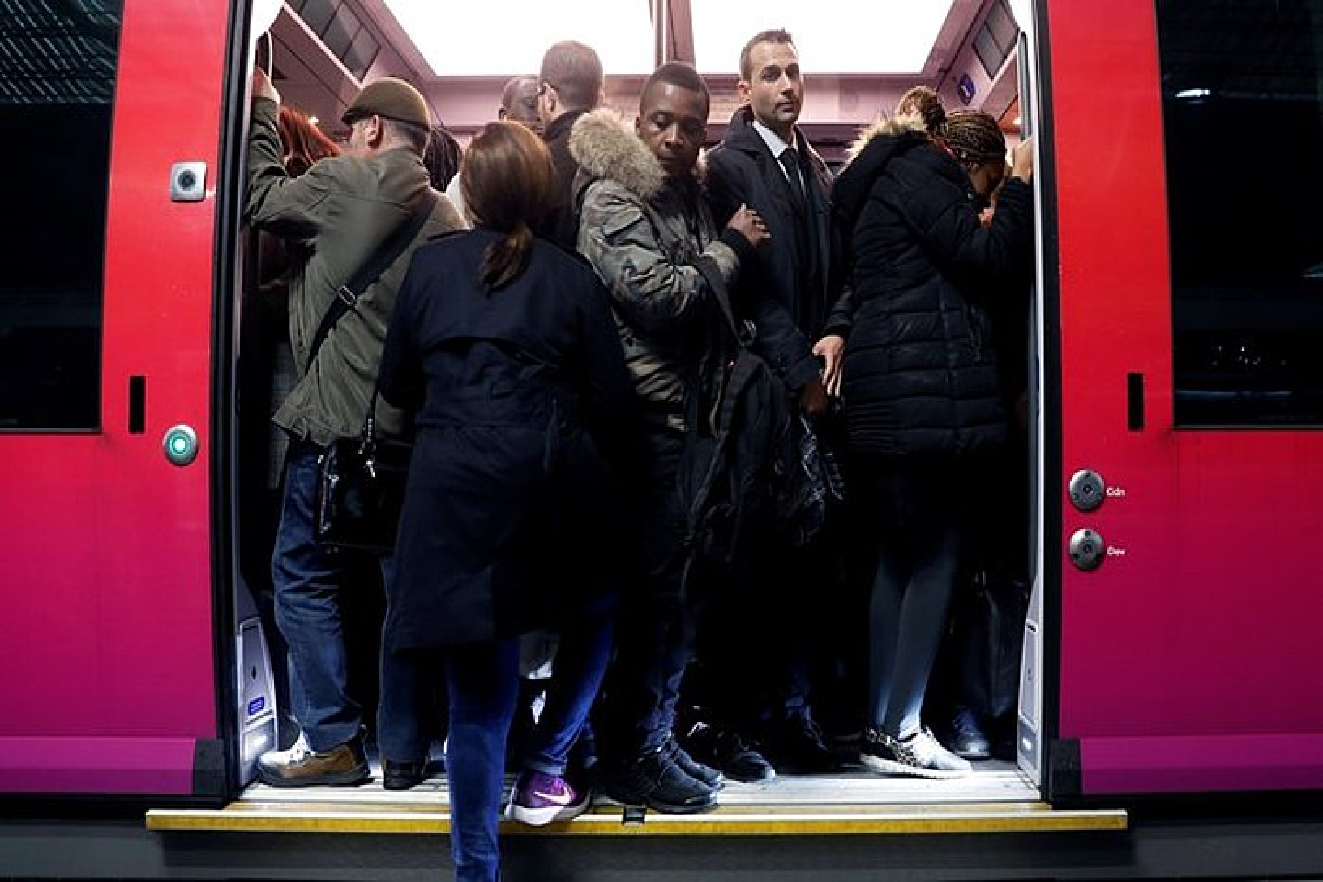 Tren bat bidaiariz gainezka, Parisko Saint Lazare geltokian. SNCFko langileen lehen greba egunean.
