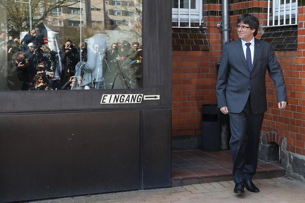Carles Puigdemont, atzo, Neumuensterreko kartzelatik ateratzen. ©FOCKE STRANGMANN / EFE
