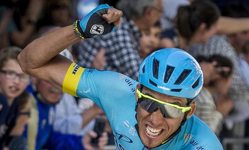 Omar Fraile, pozarren, etapa garaipena ospatzen, atzo, Eibarren. / JAZKI FONTANEDA / FOKU