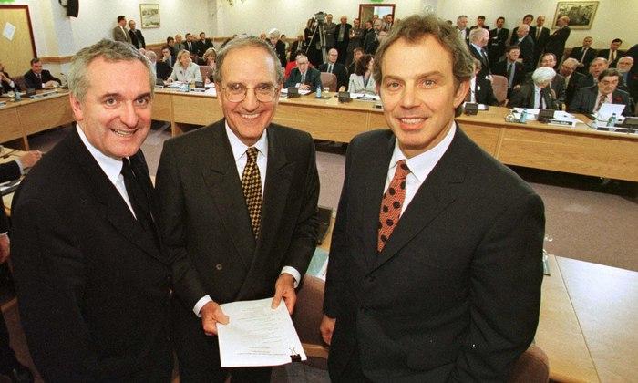 Bertie Ahern, George Mitchell eta Tony Blair, Ostiral Santuko Akordioa sinatu zen egunean.