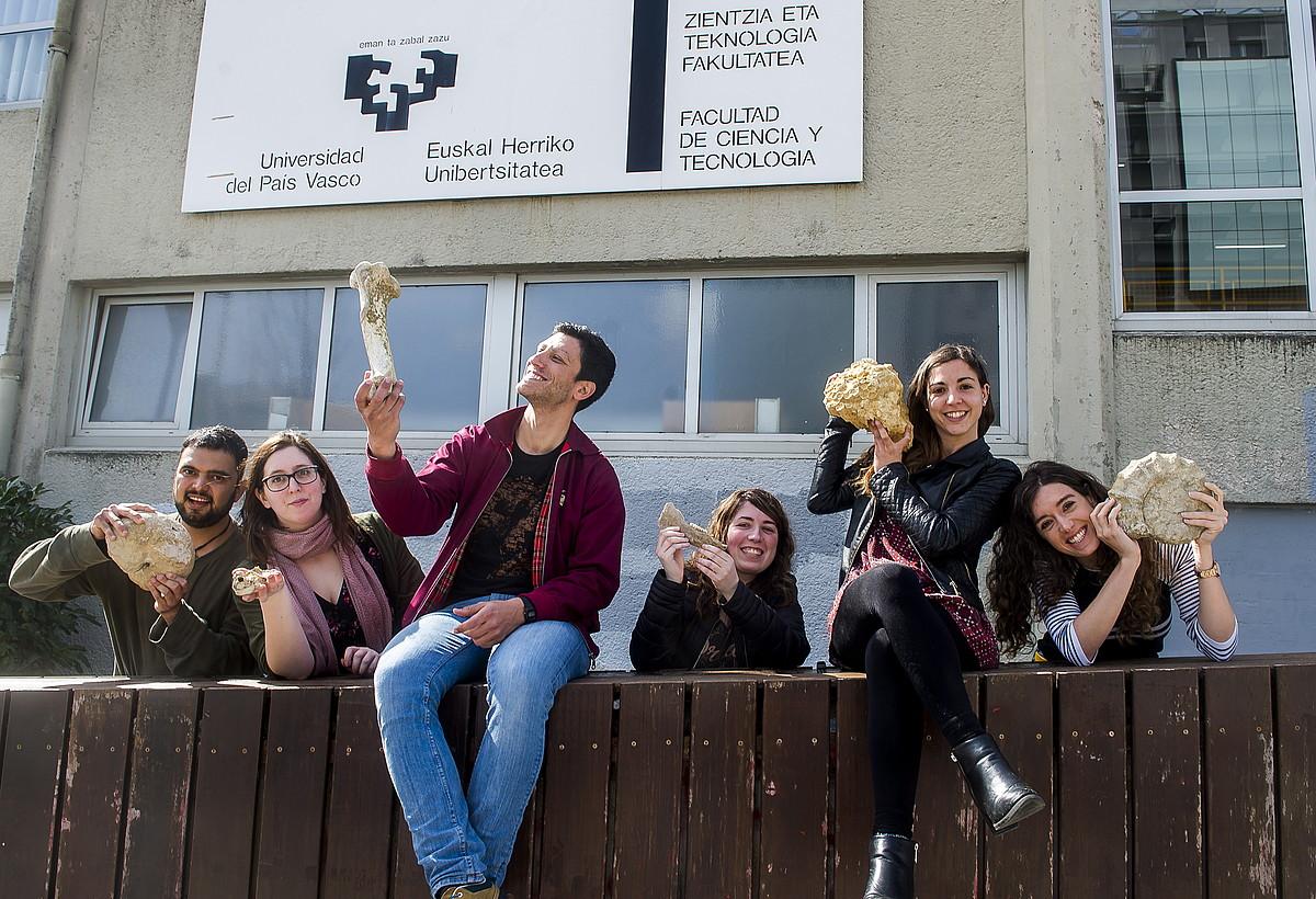Biltzarreko hainbat antolatzaile EHUren Leioako campusean, aste honetan. ©LUIS JAUREGIALTZO / FOKU