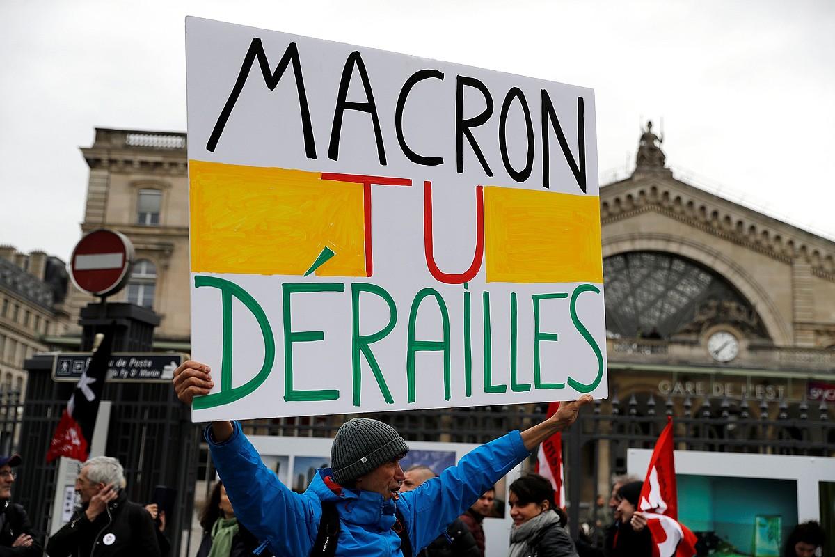 SNCFko grebalari bat, Macronen aurkako lelo batekin, asteartean, Parisko Gare de l'Est geltokian.