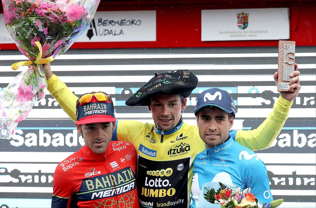 Ion Izagirre, Primoz Roglic eta Mikel Landa, podiumean, atzo, Arraten. / JAVIER ETXEZARRETA / EFE