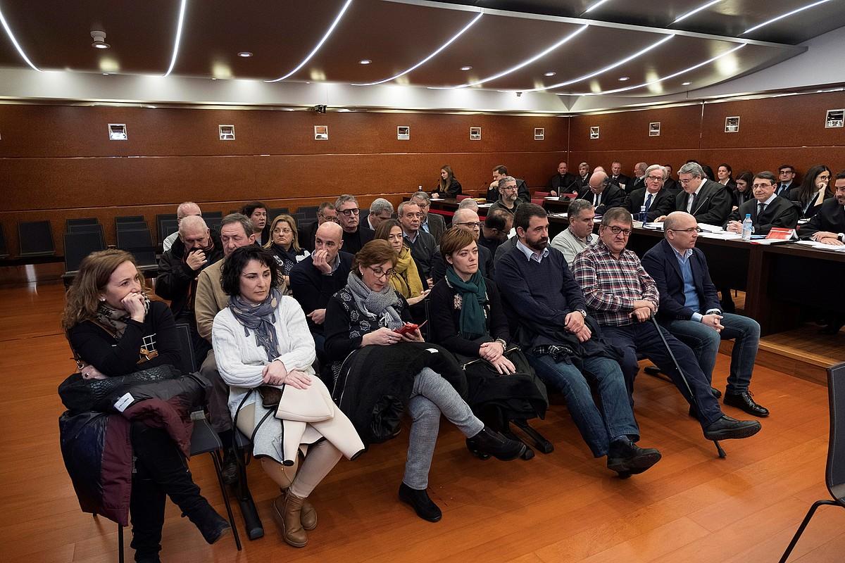 Hogeita sei auzipetuak, Arabako Probintzia Auzitegiko epaiketan. ©ADRIAN RUIZ DE HIERRO / EFE