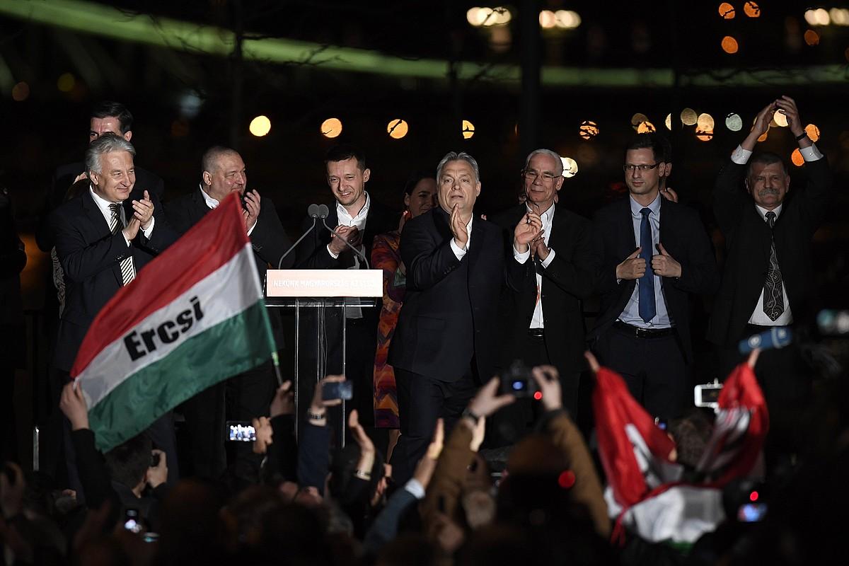 Viktor Orban, erdian, igandeko hauteskundeetako garaipena ospatzeko ekitaldian.