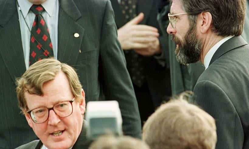 David Trimble buruzagi unonista —ezkerrean— eta Gerry Adams Sinn Feinen liderra Stormonten, 1998ko apirilaren 8an, Ostiral Santuko Akordioa sinatu baino bi egun lehenago.