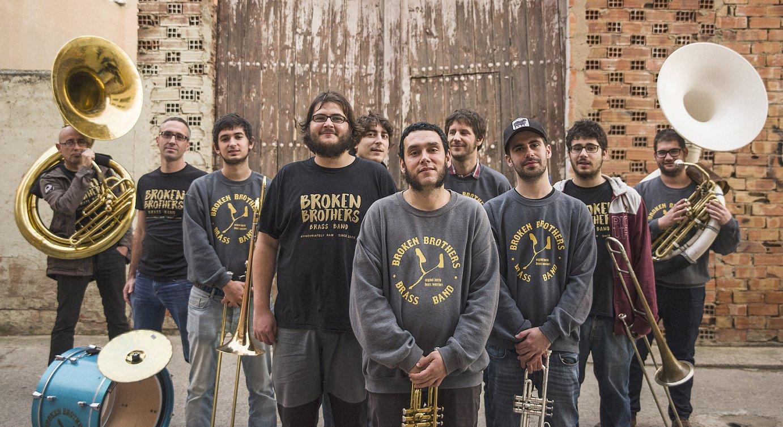 Broken Brothers Brass Band taldeko kideak, euren haize eta perkusio instrumentuak hartuta. ©BROKEN BOTHERS BRASS BAND