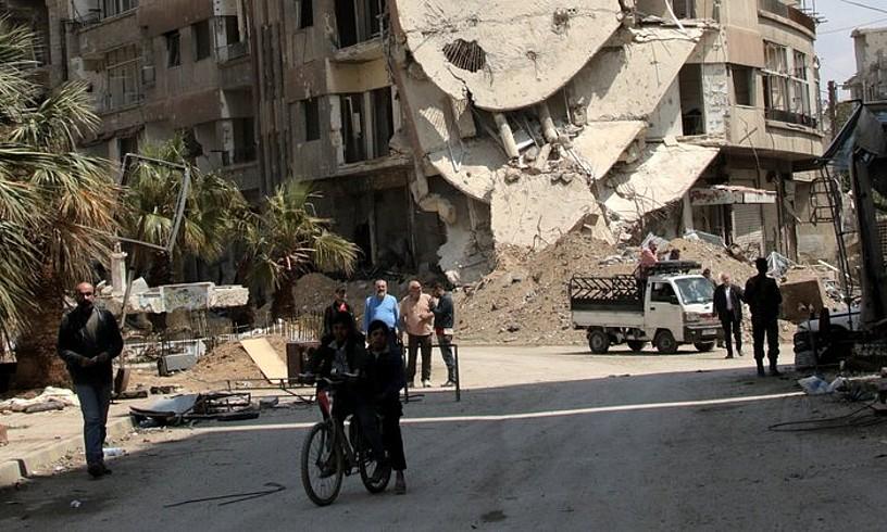 Ghouta ekialdean dagoen Zamalka hiriko irudia. Herenegungoa da argazkia.