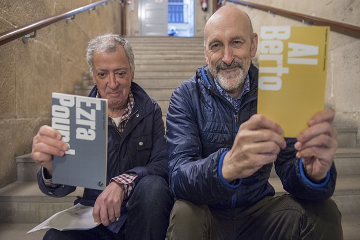 Luigi Anselmi eta Joxemari Sestorain itzultzaileak, atzo Donostian egindako aurkezpenean. ©JUAN CARLOS RUIZ / FOKU