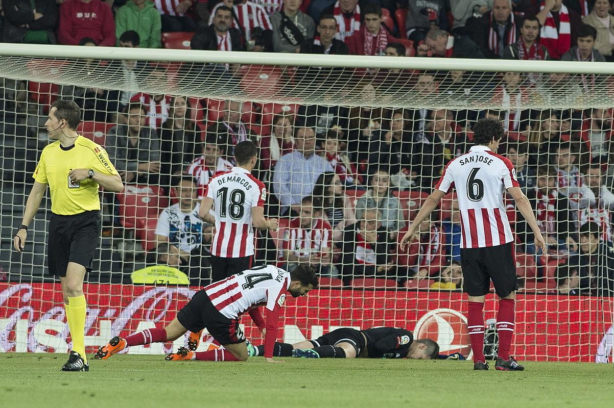Balentziaga, San Jose, De Marcos eta Kepa Athleticeko jokalariak burumakur, gol bat jaso ondoren, atzoko partidan. ©MONIKA DEL VALLE / FOKU