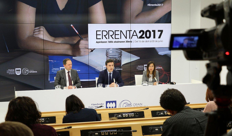 Jokin Perona, Jabier Larrañaga eta Yolanda Dominguez, atzo, Donostian.