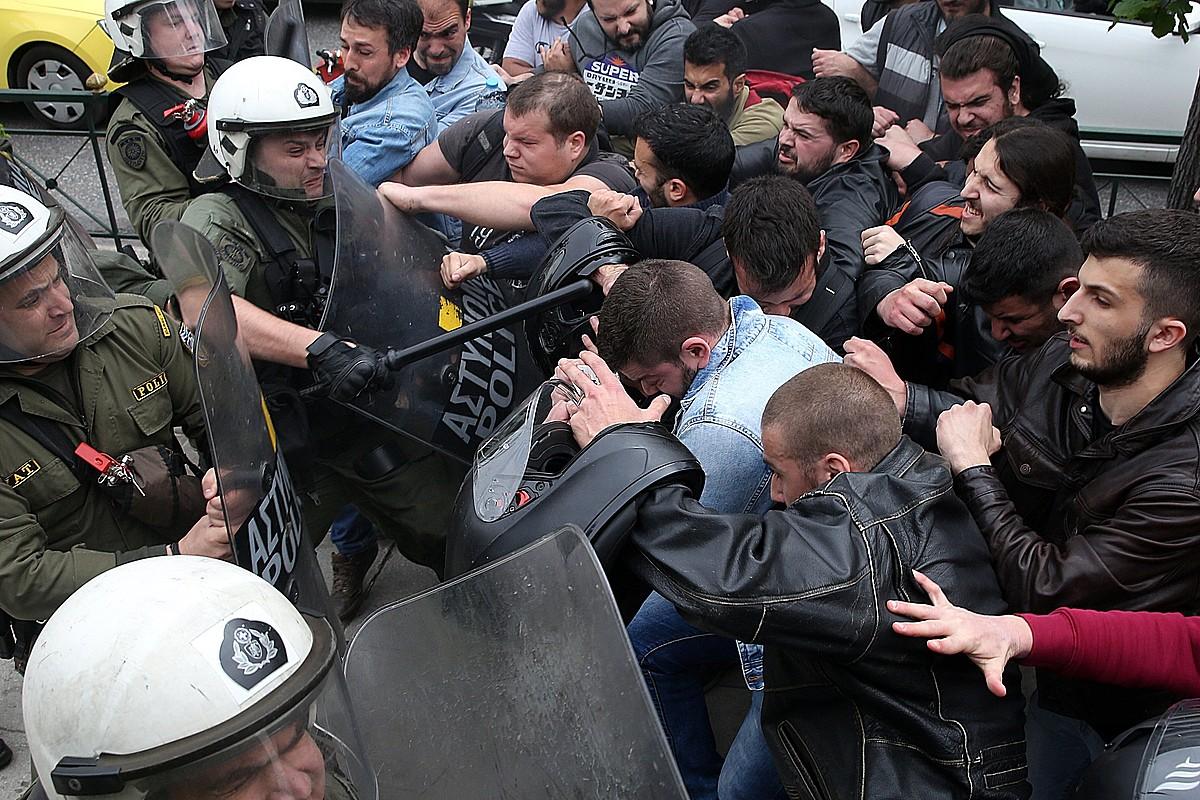 KKE Greziako Alderdi Komunistak Siriako esku hartzearen aurkako protestara deitu zuen atzo Atenasen, eta istiluak sortu ziren Poliziarekin.