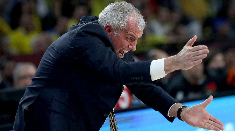 Zeljko Obradovic Fenerbahceko entrenatzailea, sututa, jokalariei aginduak ematen, Euroligako partida batean. ©SEDAT SUNA / EFE