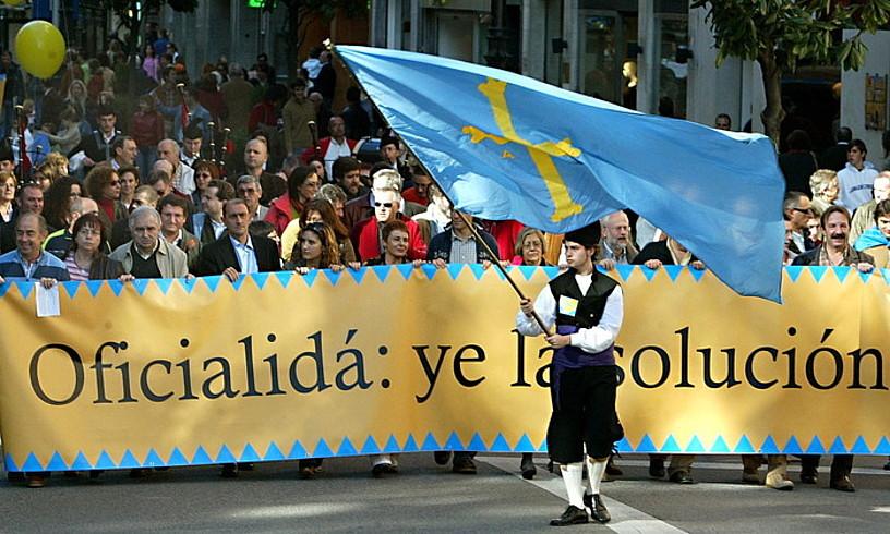 2005eko azaroan ofizialtasunaren alde Oviedon egindako manifestazioaren irudi bat.