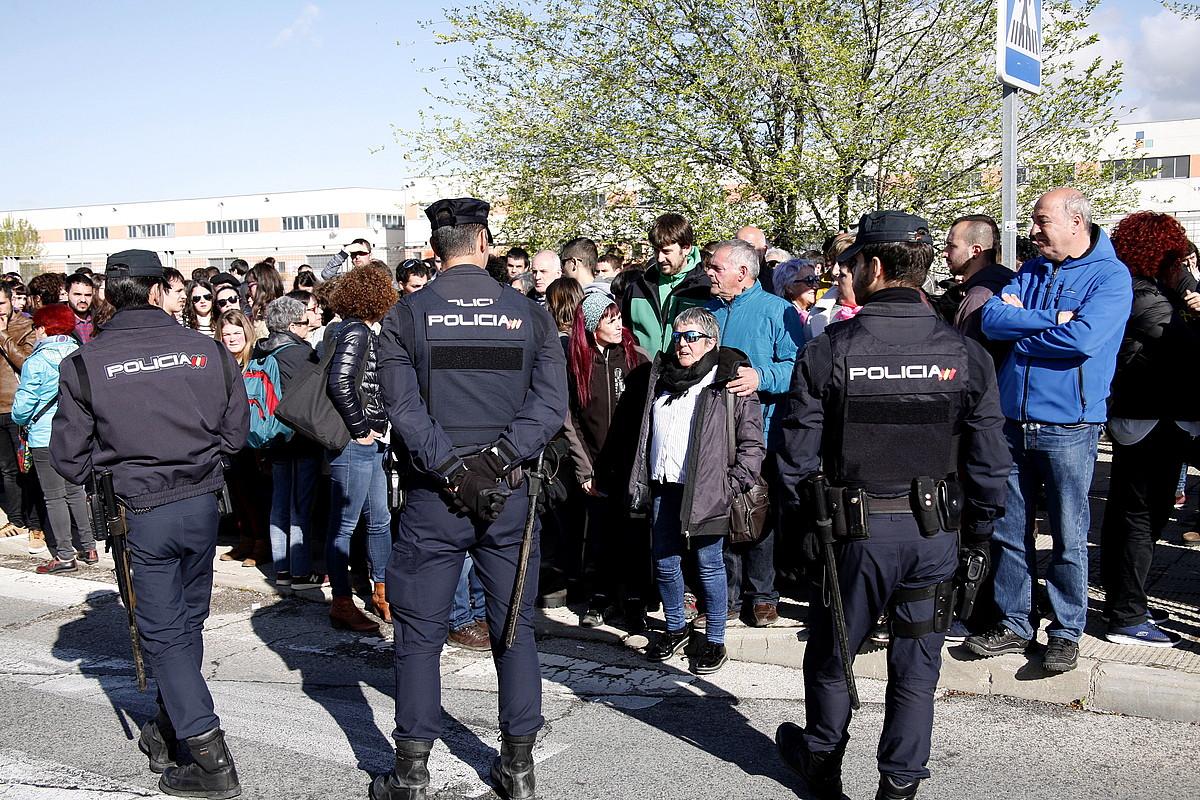 Altsasuko gazteen senitartekoak eta lagunak, astelehenean, Espainiako Auzitegi Nazionalaren atarian. ©J. DANAE / FOKU