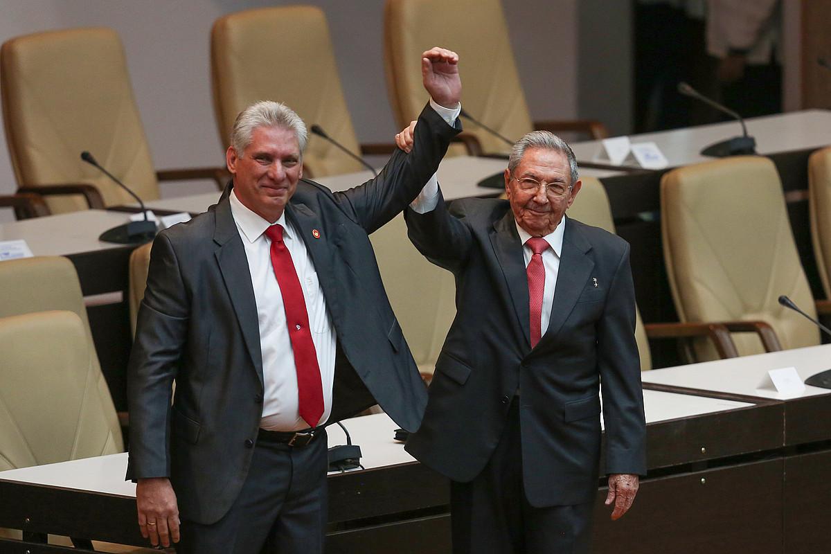 Miguel Diaz-Canel Kubako presidente hautatua, atzo, Biltzar Nazionalean, Raul Castro haren aurrekoarekin. ©EFE