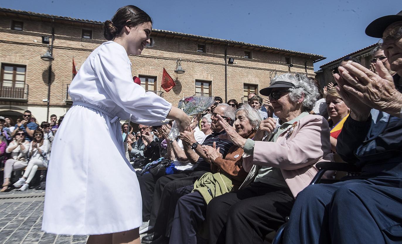 Maravillas Lamberto iduri duen dantzaria, Josefina Lambertori lore sorta bat ematen, atzo, Larragan. ©J. MANTEROLA / FOKU