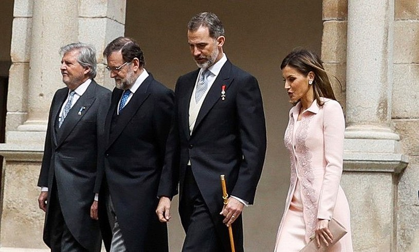 Iñigo Mendez de Vigo ministroa, Mariano Rajoy gobernuburua eta Espainiako erregea eta erregina, Alcala de Henaresen (Madril), atzo. / EMILIO NARANJO / EFE