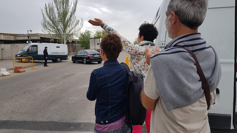 Auzipetuen gurasoak, San Fernando de Henaresen, furgonetan daramaten gazteetako bati animoak ematen, atzo. ©BERRIA
