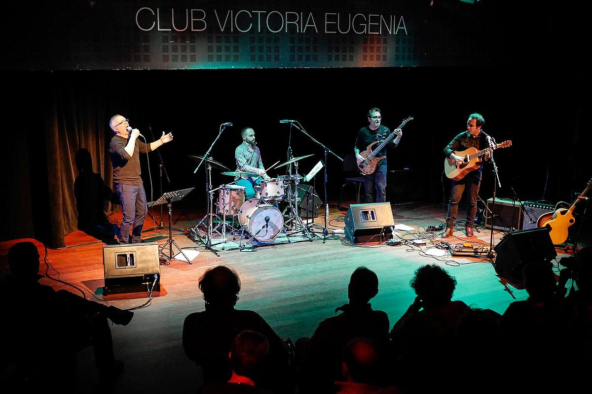 Beñat Axiari, Julen Axiari, Mikel Artieda eta Joseba Irazoki, <em>Bas(h)oan</em> diskoaren aurkezpenean, Donostian.