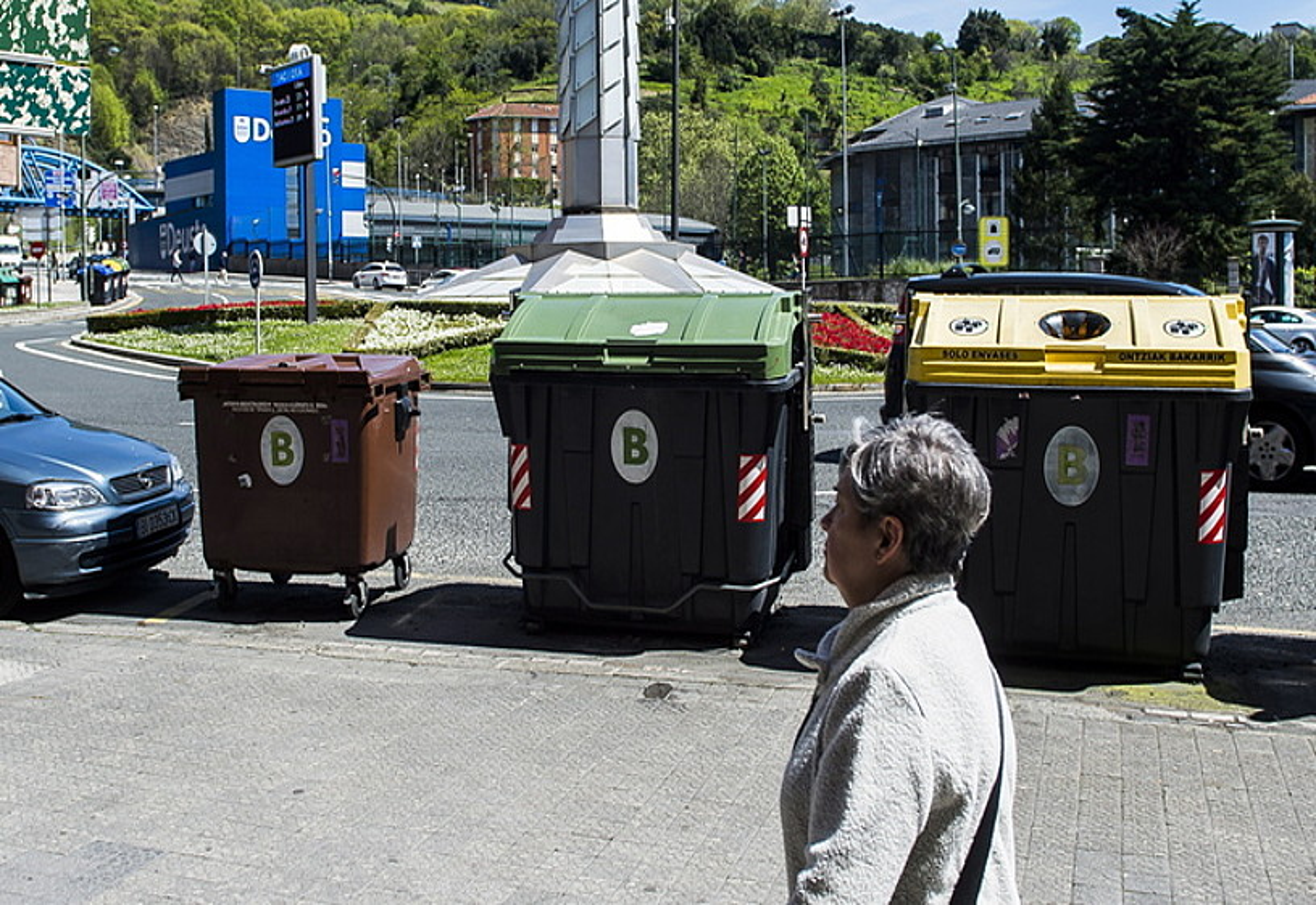 Deustu auzoan 2011. urtetik daude edukiontzi marroiak. ©LUIS JAUREGIALTZO / FOKU