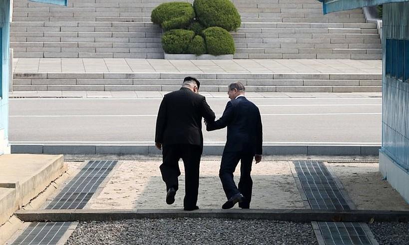 Kim Jong-un eta Moon Jae-in, atzo, muga Hego Koreatik Ipar Koreara gurutzatu zuten unean. ©KOREA SUMMIT PRESS / EFE
