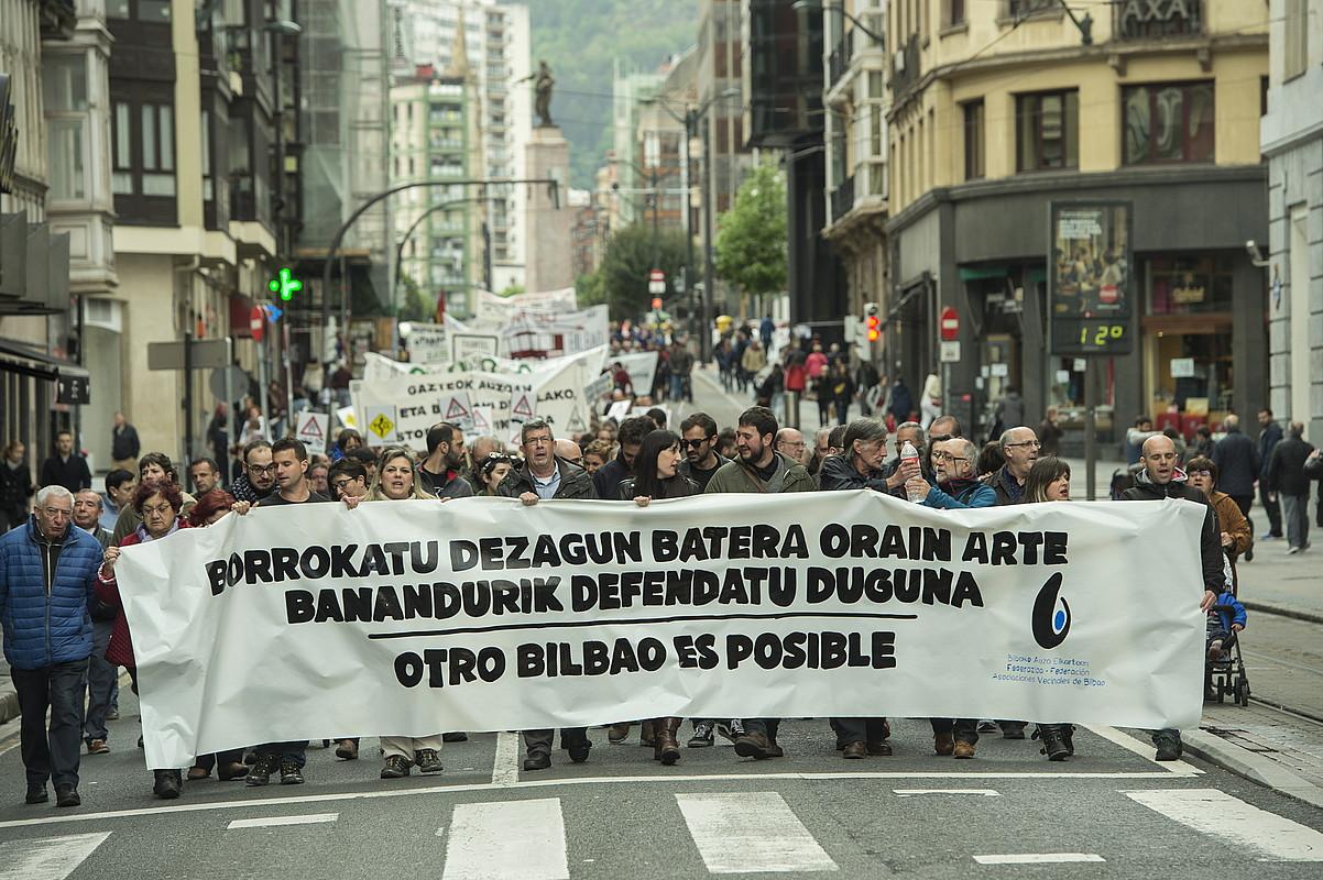 Ehunka pertsona elkartu zituen atzo Bilbon hiri �justuago� bat aldarrikatzeko mobilizazioak. ©MONIKA DEL VALLE / FOKU