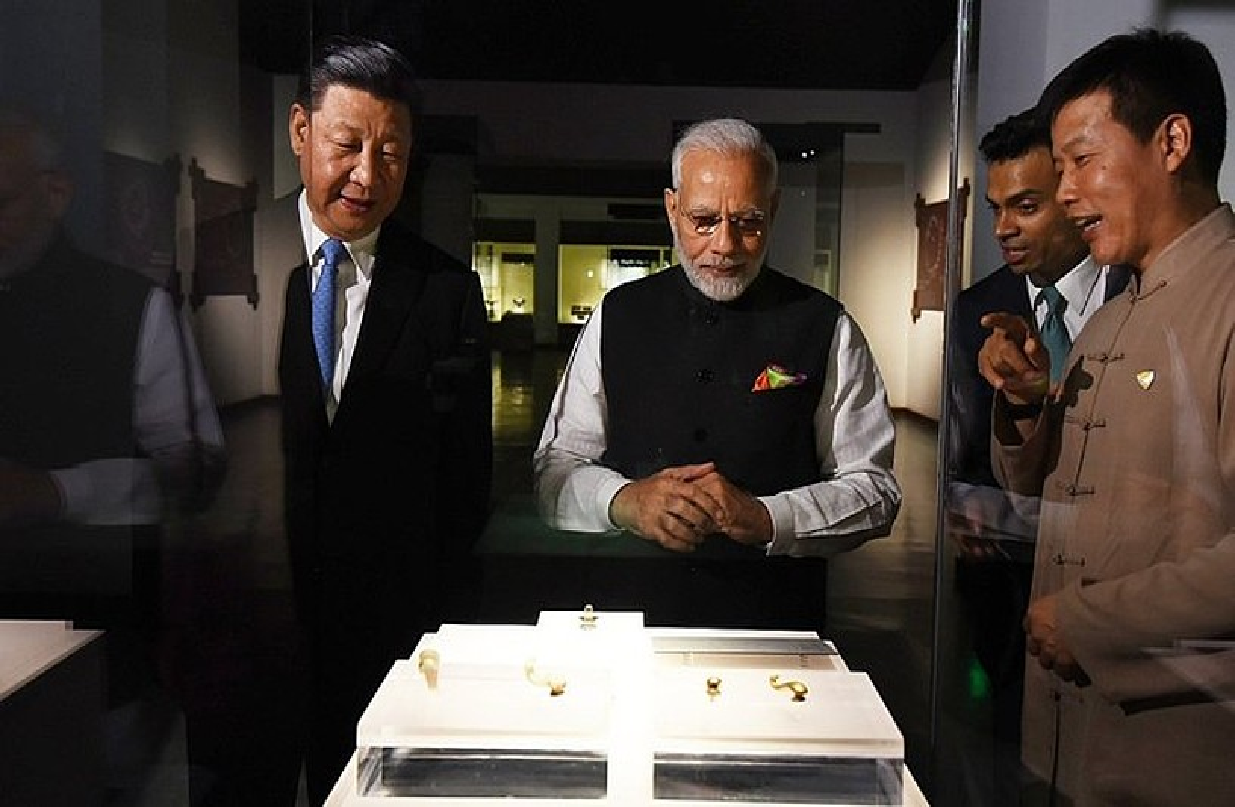 Txinako presidente Xi Jinping eta Indiako lehen ministro Narendra Modi, atzo, Wuhan hiriko Hubei museoa bisitatzen.