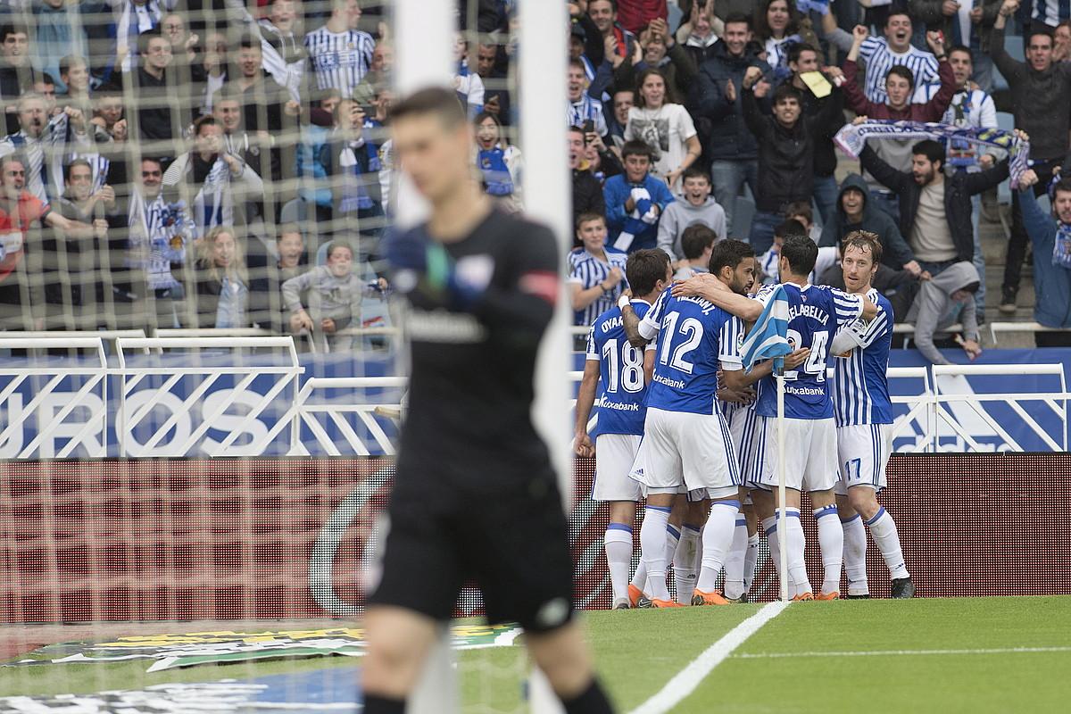 Realeko jokalariak, lehen gola ospatzen. Kepa Arrizabalaga Athleticeko atezaina ere ageri da argazkian, burumakur, gola jaso berritan.