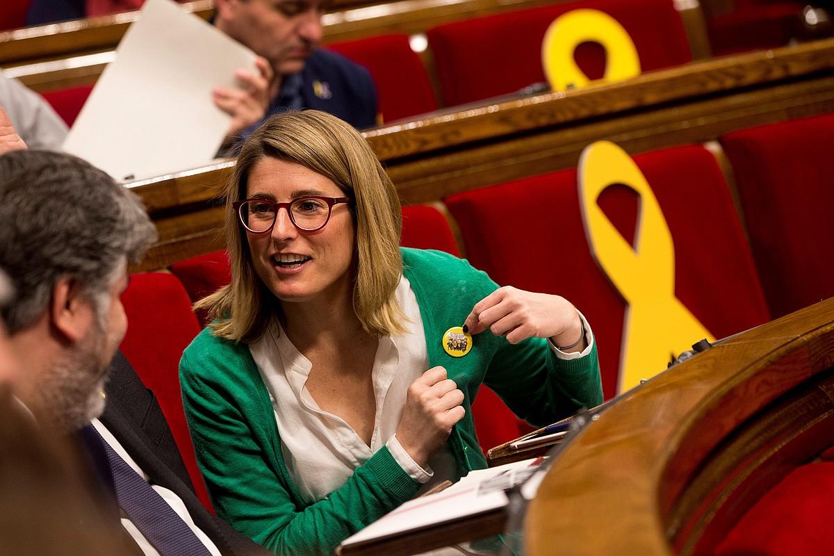 Elsa Artadi Junts Per Catalunyakoa Albert Batet bere alderdikidearekin hitz egiten, atzoko osoko bilkuran. ©Q.GARCIA / EFE