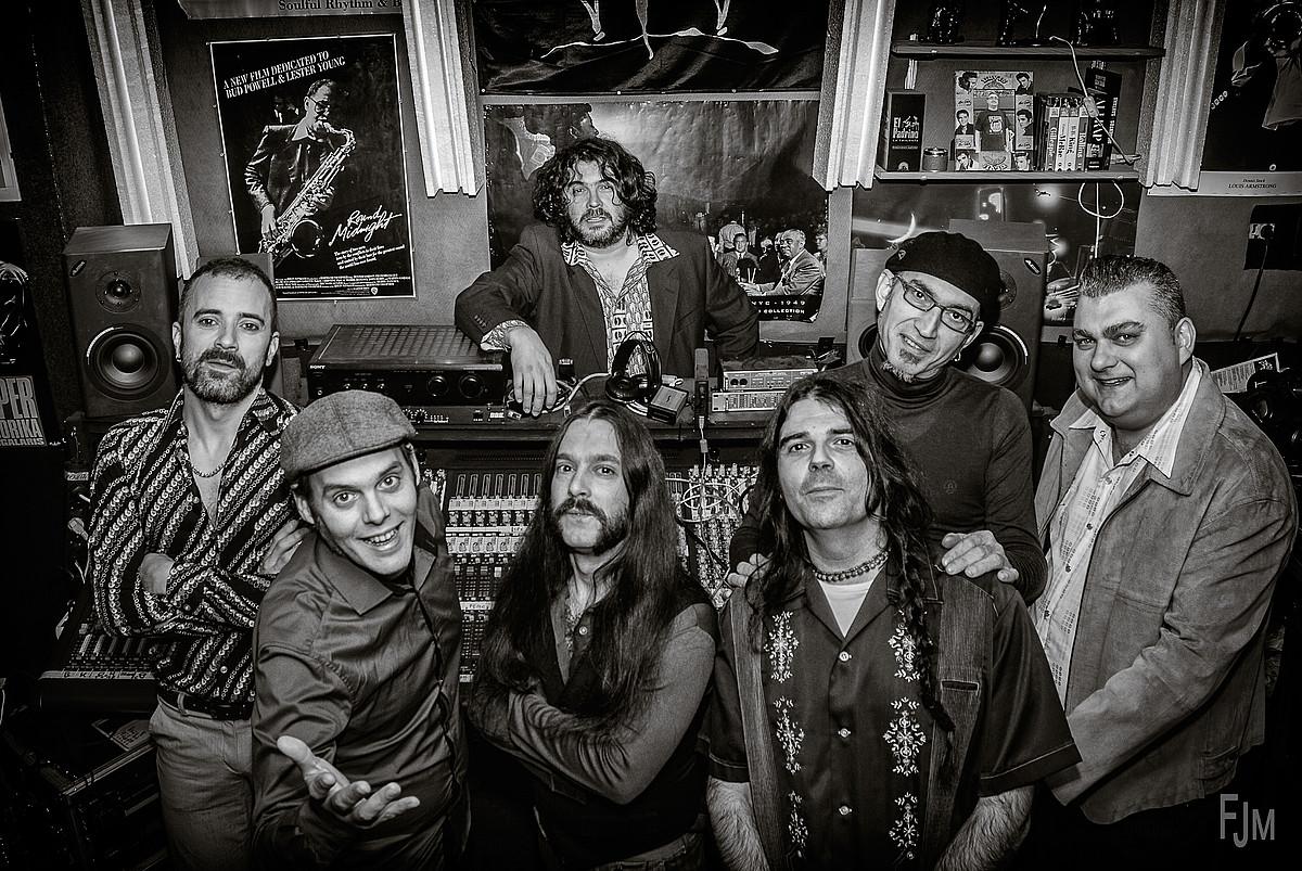 Mikel Piris —lehena ezkerretik—, The Cherry Boppers taldeko gainerako kideekin. ©JUANJO MEDIAVILLA / THE CHERRY BOPPERS