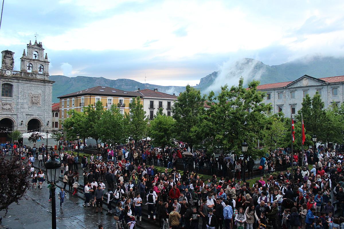 Urduñako jaietako erdigune bihurtu ohi da Foru plaza. ©BERRIA