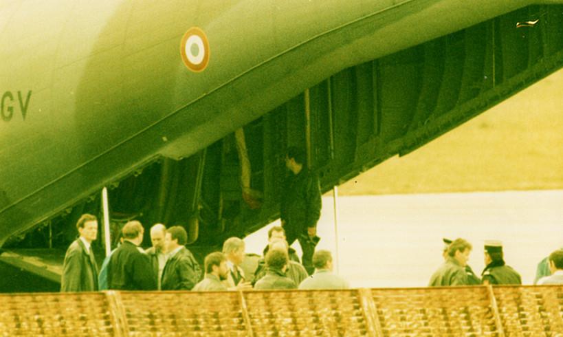 Bidarten atxilotuak hegazkin militar batean eraman zituzten Miarritzetik Parisera. / BOB EDME