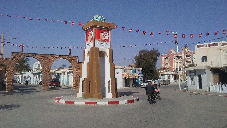 Redeyef hiriko Martirien Plaza, Tunisiaren mendebaldean. 2008ko eta 2011ko matxinadetan hildakoen argazkiak daude plazan. ©RICARD GONZALEZ