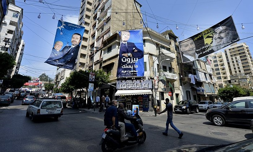 Ezkerrean, Saad Hariren aldeko afixa; eskuinean, Hassan Nasrallah Hezbollaheko liderrarena, Beiruten. ©WAEL HAMZEH / EFE