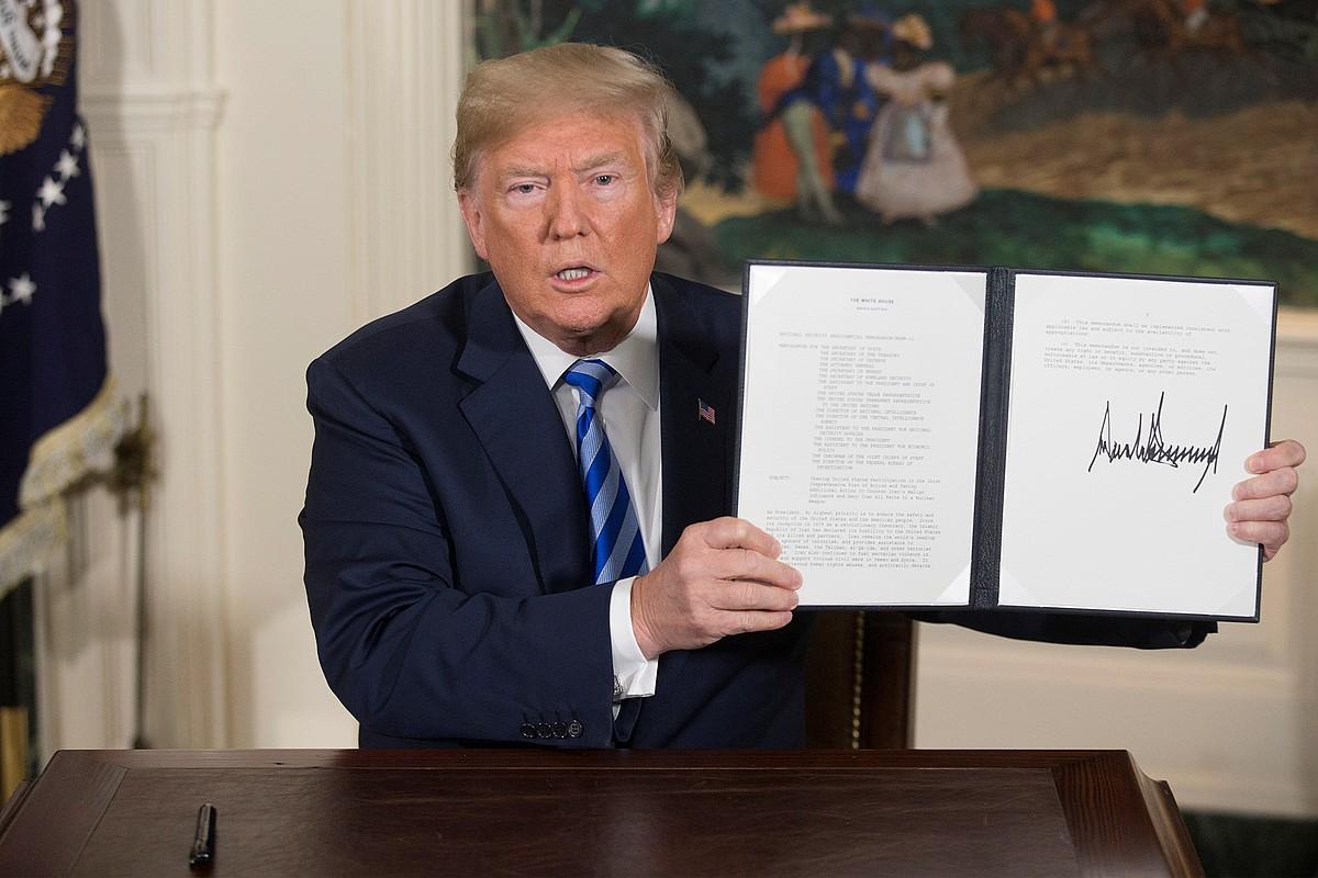 Donald Trump AEBetako presidentea, atzo, Etxe Zurian, zigor ekonomikoen memoranduma eskuetan duela. ©REYNOLDS / EFE