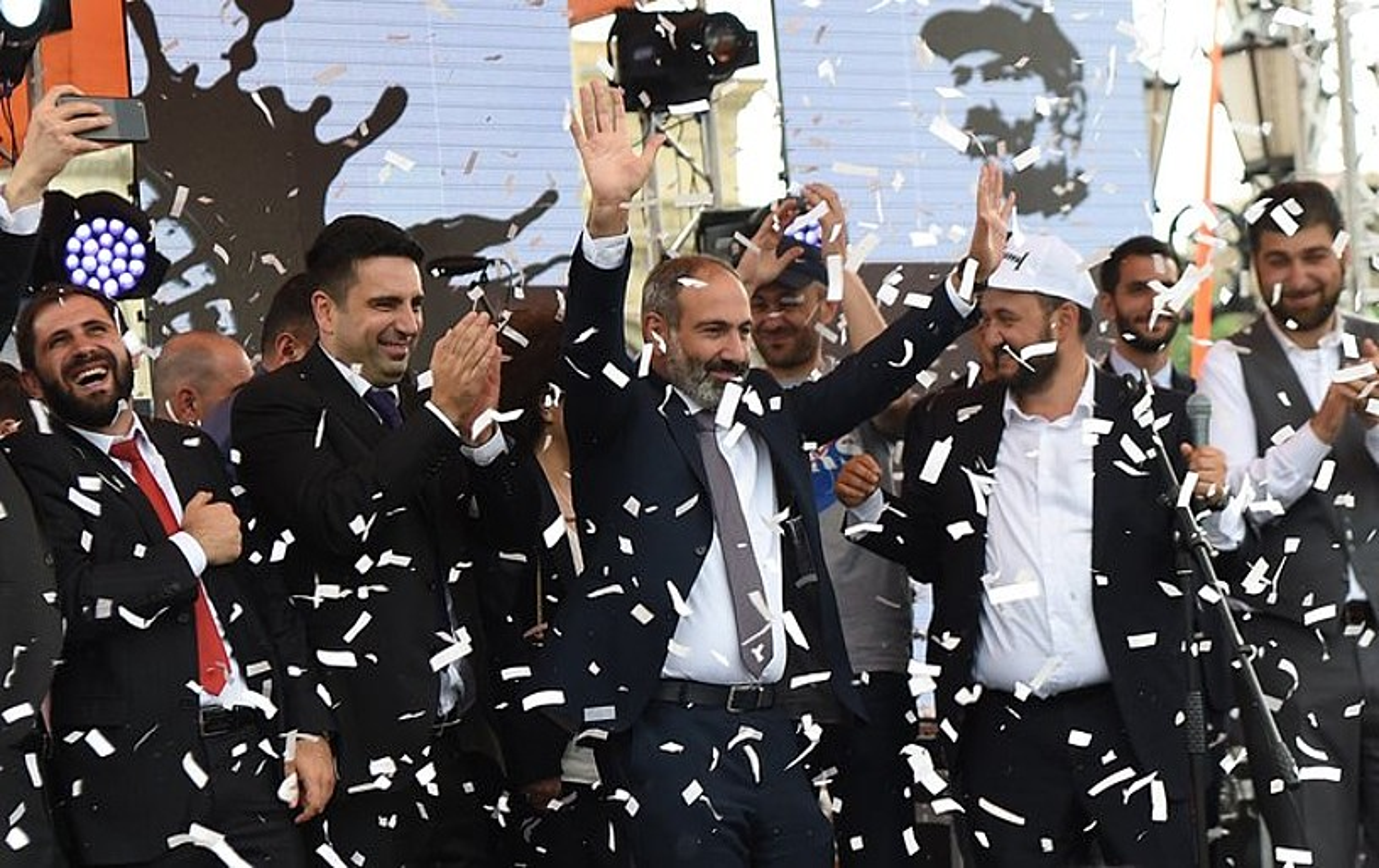 Nikol Paxinian Armeniako lehen ministroa izendapena ospatzen, atzo, Erevanen. ©HAYK BAGHDASARYANA / EFE