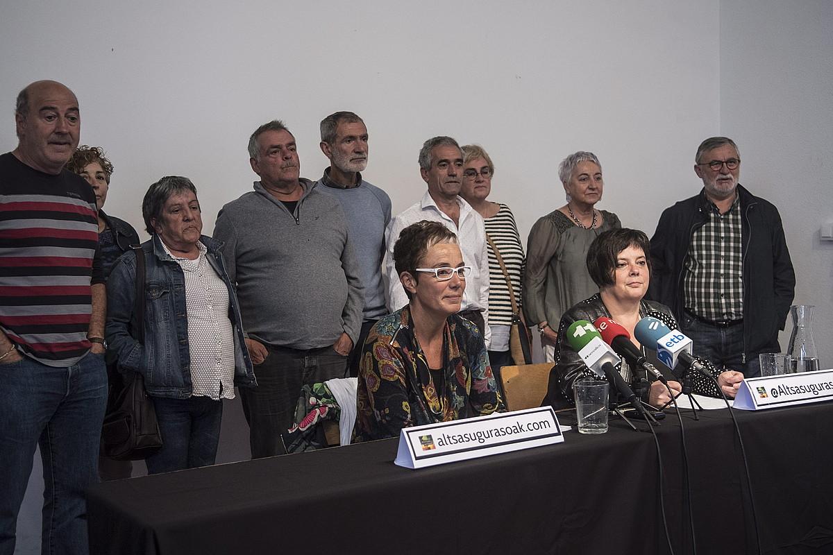 Altsasuko gazteen gurasoek atzo emandako prentsaurrekoa, Iruñeko Katakrak liburudendan. ©JAGOBA MANTEROLA / FOKU