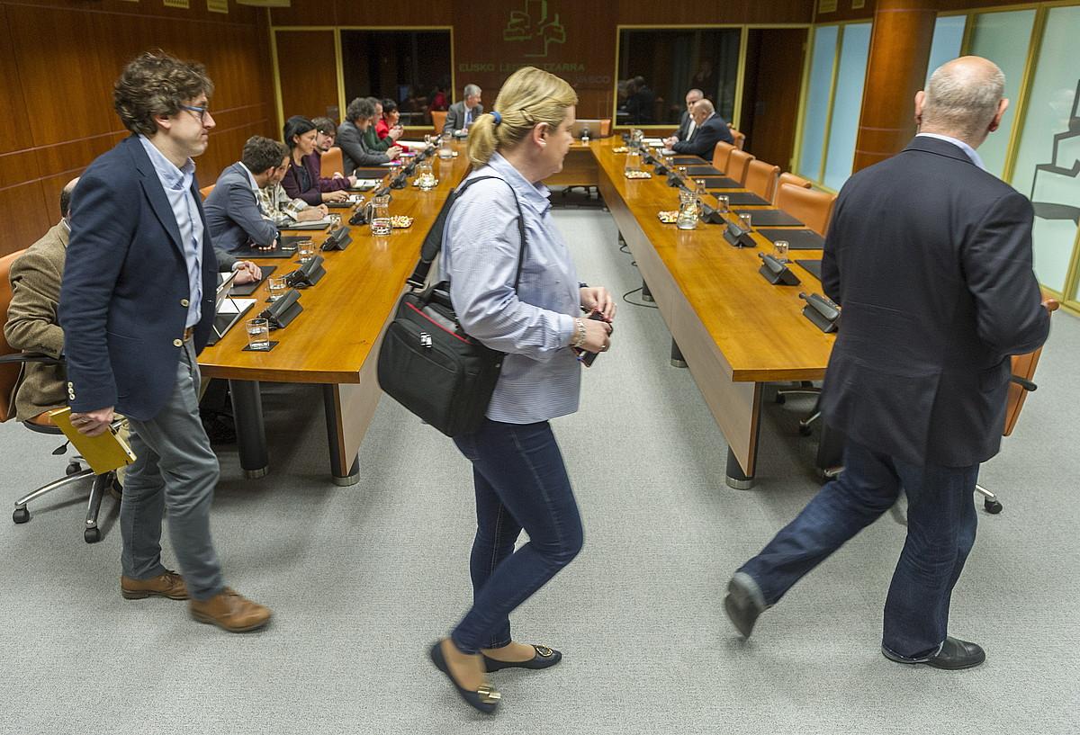 PSE-EEko Eneko Andueza, Susana Corcuera eta Jose Antonio Pastor, lantaldearen bilera batera iristen. ©JUANAN RUIZ / FOKU