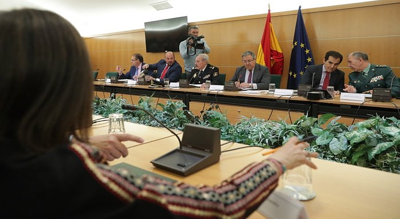 Juan Ignacio Zoido, Polizia eta Guardia Zibileko buruekin eta Espainiako alderdi nagusietako ordezkariekin, atzo, Madrilen eginiko bileran. / ZIPI / EFE