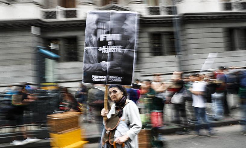 Emakume bat, tasen igoeraren aurka protesta egiten, asteazkenean, Buenos Airesen.