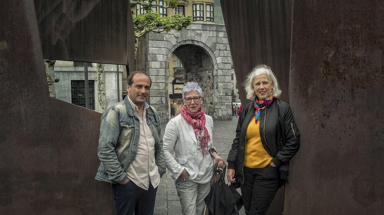Agus Hernan, Maixabel Lasa eta Garbiñe Biurrun, joan den asteazkenean, Tolosako Triangelu plazan. / JON URBE / FOKU