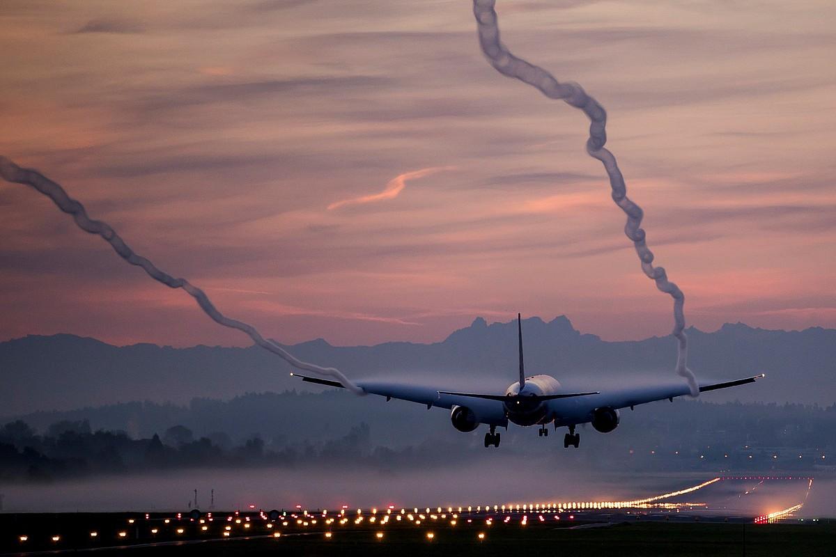 Boeing 777-300 hegazkin bat Zuricheko aireportura iristen, artxiboko argazki batean. ©CHRISTIAN MERZ / EFE