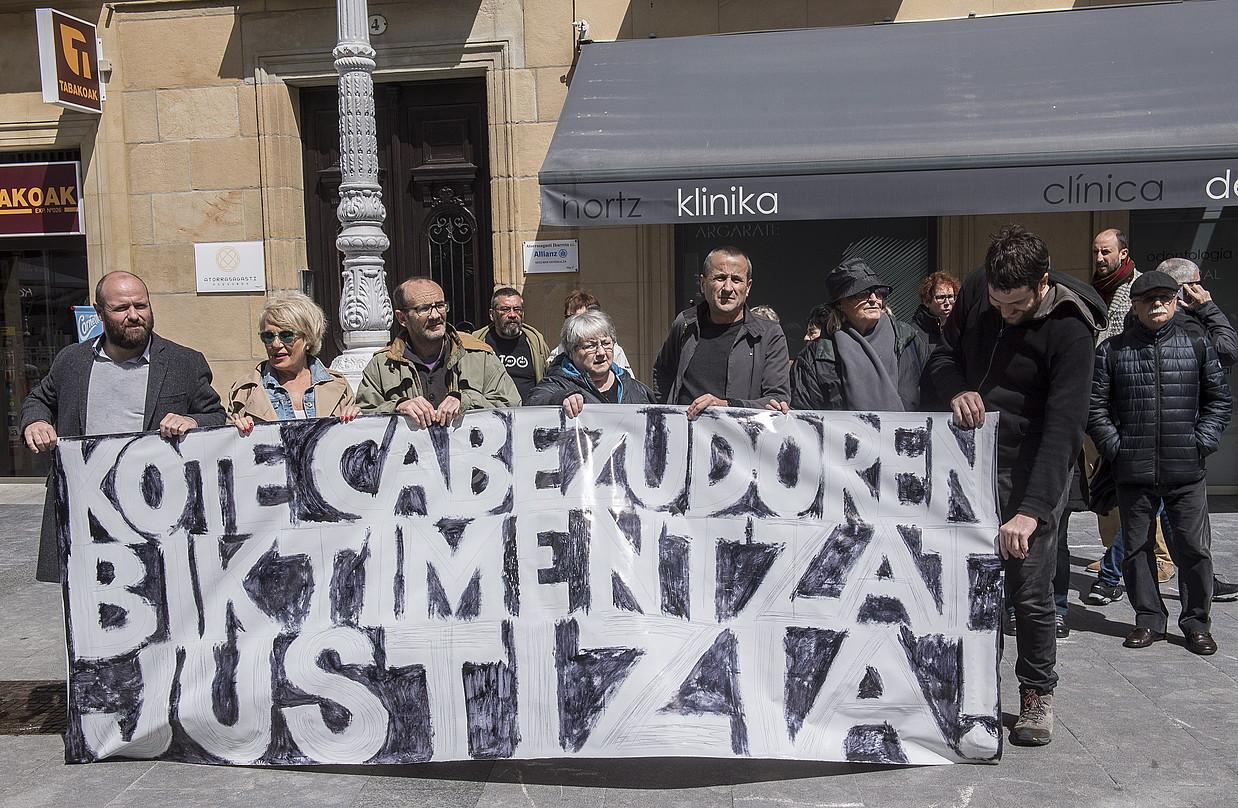 Justizia eskatzeko elkarretaratzea, atzo. Pankartari helduta, ezkerretik bosgarrena, Santi Antero. ©GORKA RUBIO / FOKU