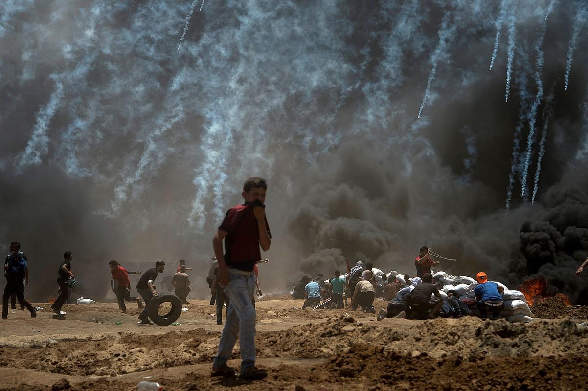 Gazako mugan 50.000 palestinar inguru izan ziren atzo protestan. Irudian, Israelen droneek botatako negar gasen arrastoa ageri da. ©LUCA PIERGIOVANNI / EFE