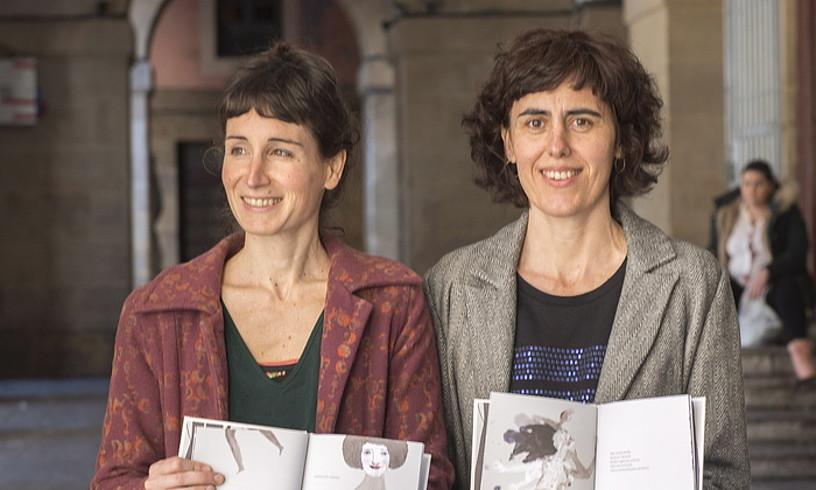 Iraia Okina eta Antxiñe Mendizabal, elkarrekin ondu duten liburua eskuetan, Donostian. ©GORKA RUBIO / FOKU